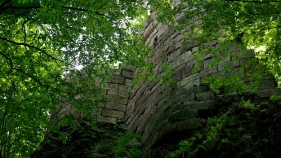 Zbytky hradu Bradlece z narůžovělých pískovcových kvádrů na čedičovém podloží