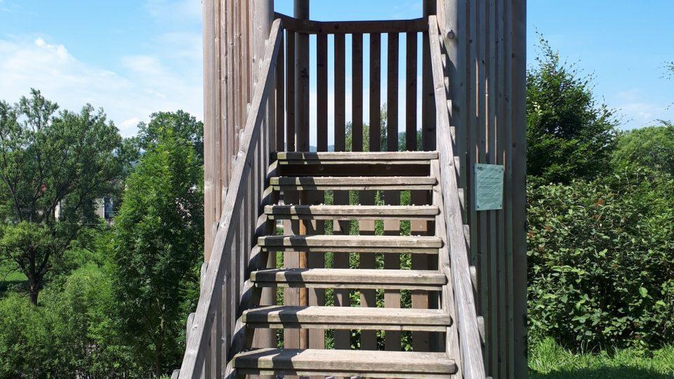 Součástí parku je i tato malá dřevěná rozhledna