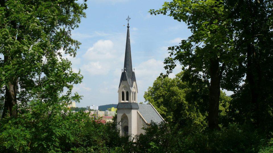 Hned vedle arboreta stojí hřbitovní kostel z roku 1912