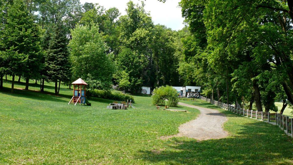 Z arboreta se dá projít na dětské hřiště a do letního kina