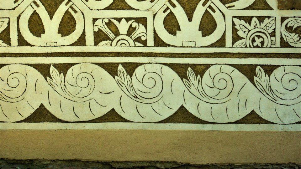 Dekor ve spodní části zdi zachycuje mořské vlny