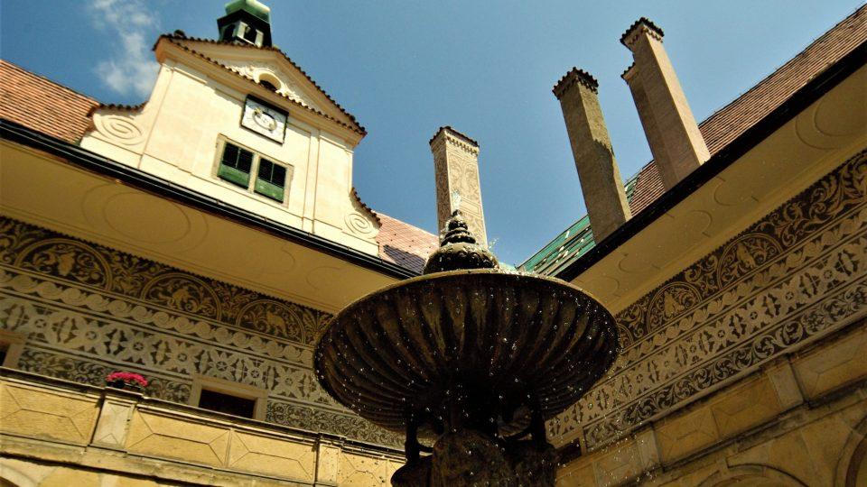 Na nádvoří doudlebského zámku příchozí osvěžuje novodobá  kašna
