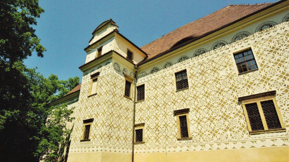 Pozdně renesanční zámek je díky sgrafitům kobercového vzoru ojedinělou památkou