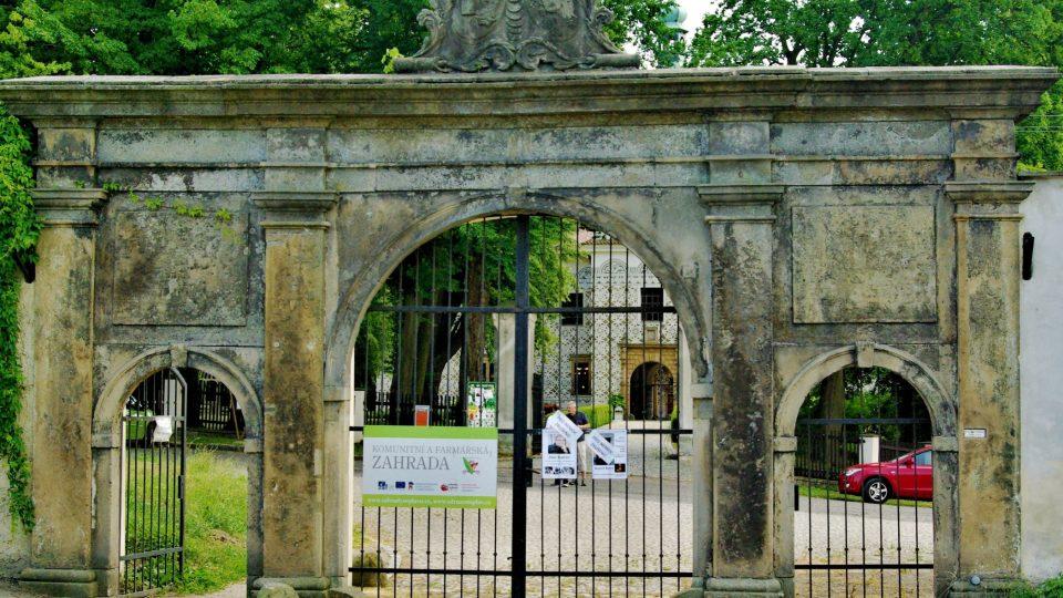 Raně barokní první zámecká brána v Doudlebech nad Orlicí