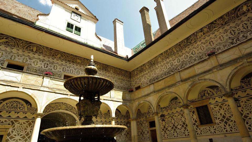 Sgrafita zdobí  i nádvoří doudlebského zámku