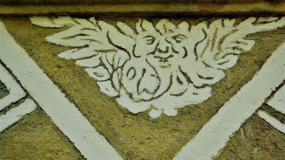 Tvůrci škrábané omítky obohacovali fasádu svými invenčními značkami