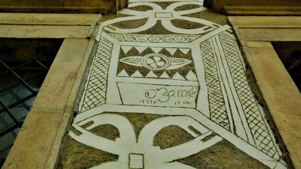 Značka  jednoho z mistrů, který vytvářel sgrafitovou výzdobu na  zámecké fasádě