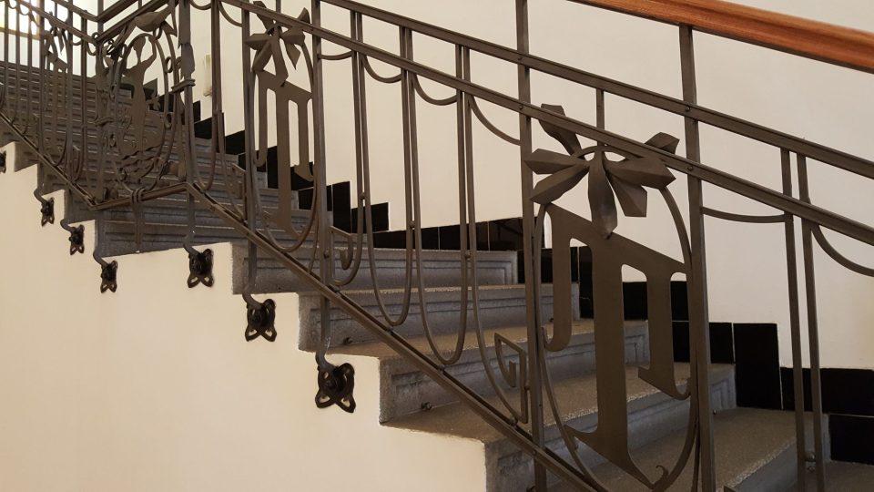 Schodiště vedoucí ke galerii