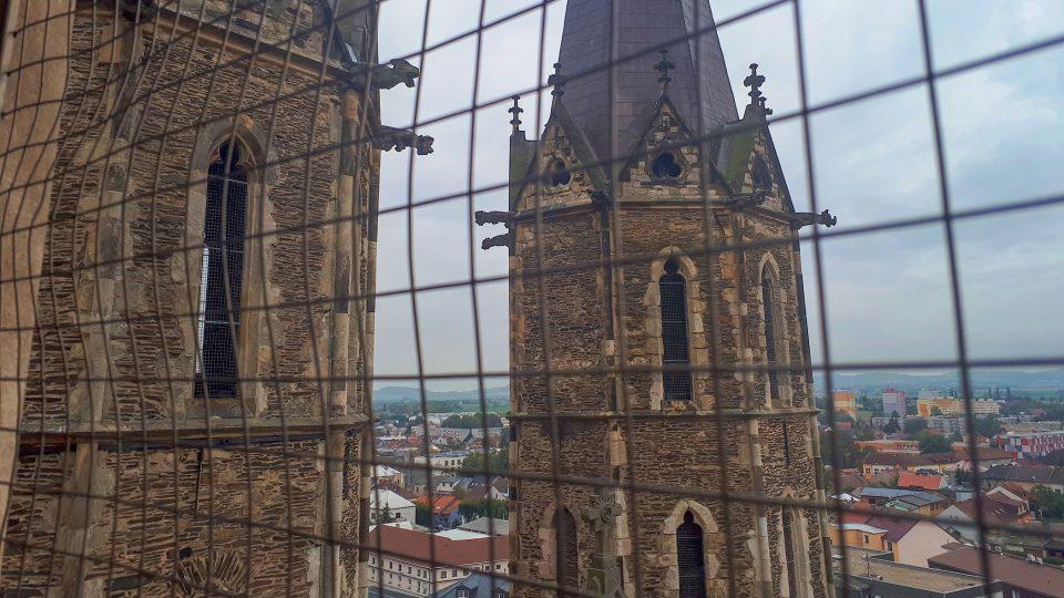 Věže chrámu sv. Bartoloměje jsou ze zvonice téměř na dosah