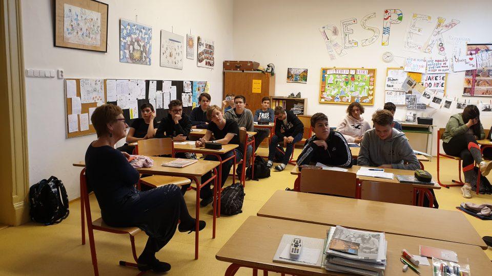 Žáci v Pečkách netradiční hodiny dějepisu uvítali