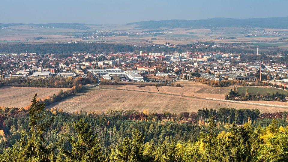 Pohled na město Rokycany z rozhledny na Kotli