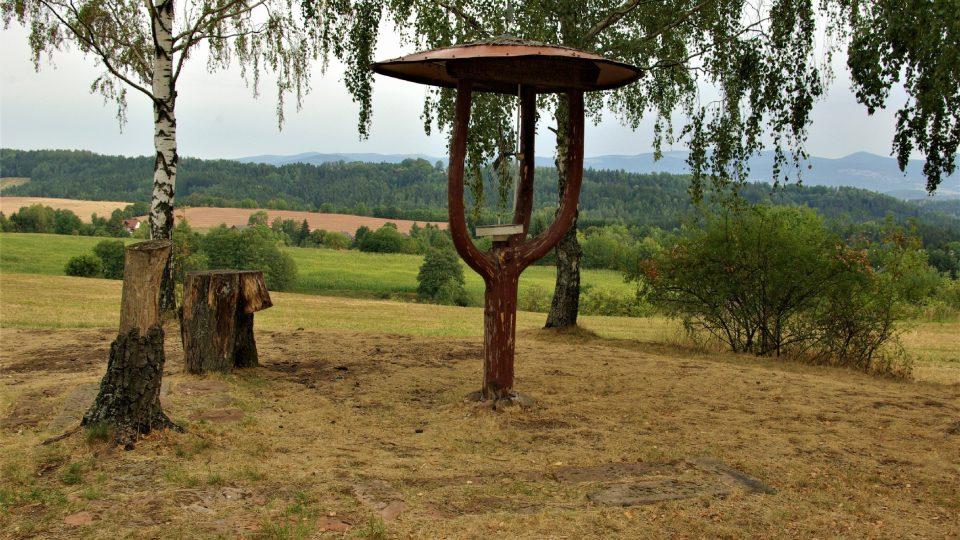 Stylizované připomenutí větráku, který na tomto místě nad Borovnicí stával do roku 1968  Foto Vlaďka Wildová