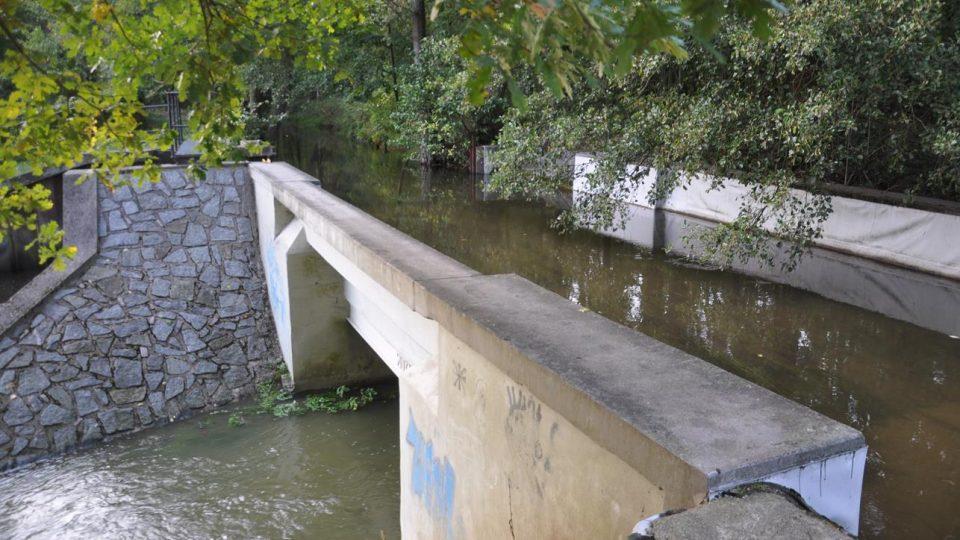 Přes akvadukt Opatovický kanál nadtéká Sopřečský potok