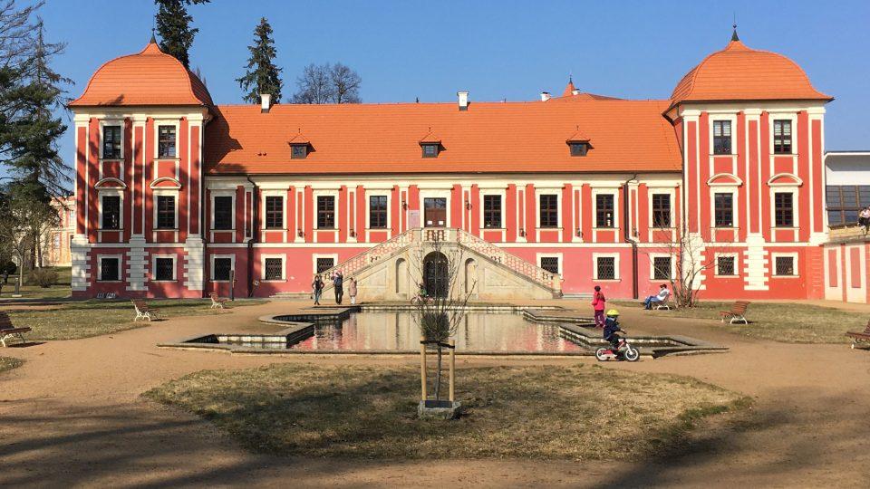 Palác princů v zámeckém parku v Ostrově