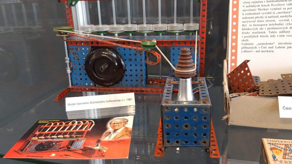 Wichterleho čočkostroj z roku 1961 sloužil při prvních pokusech s výrobou kontaktních čoček. Akademik Wichterle ho postavil ze stavebnice svých synů