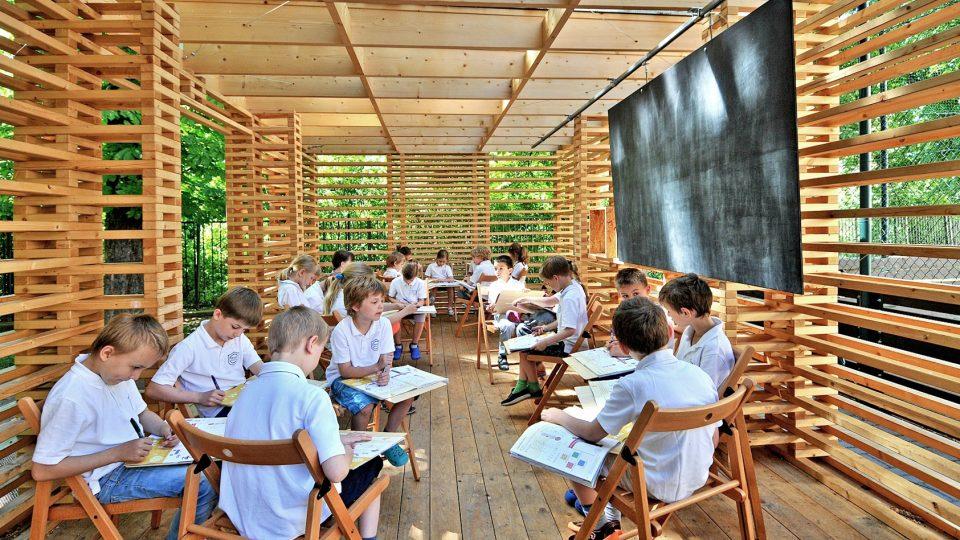 Žáci sedí na rozkládacích židlích, které lze rozestavit podle potřeby výuky