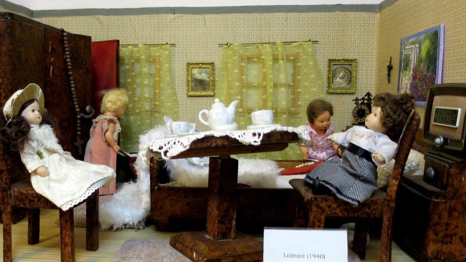 Tato ložnice je věrnou miniaturou dobového vybavení ze 40. let minulého století