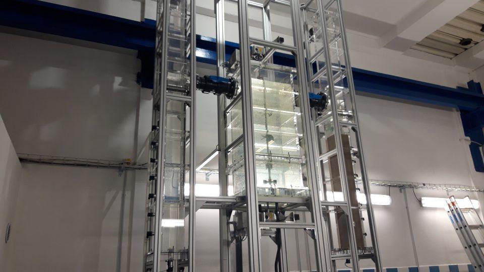 Součástí laboratoře je model úpravny vody. Tady si vědci ověřují nové postupy, které pak mohou okamžitě zavést do praxe