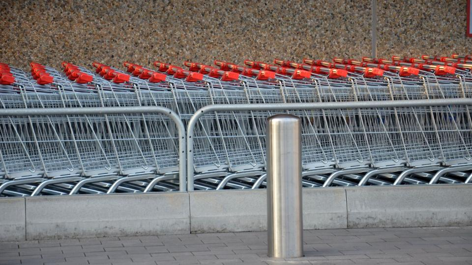 Nákupní vozíky čekají na koupěchtivé zákazníky