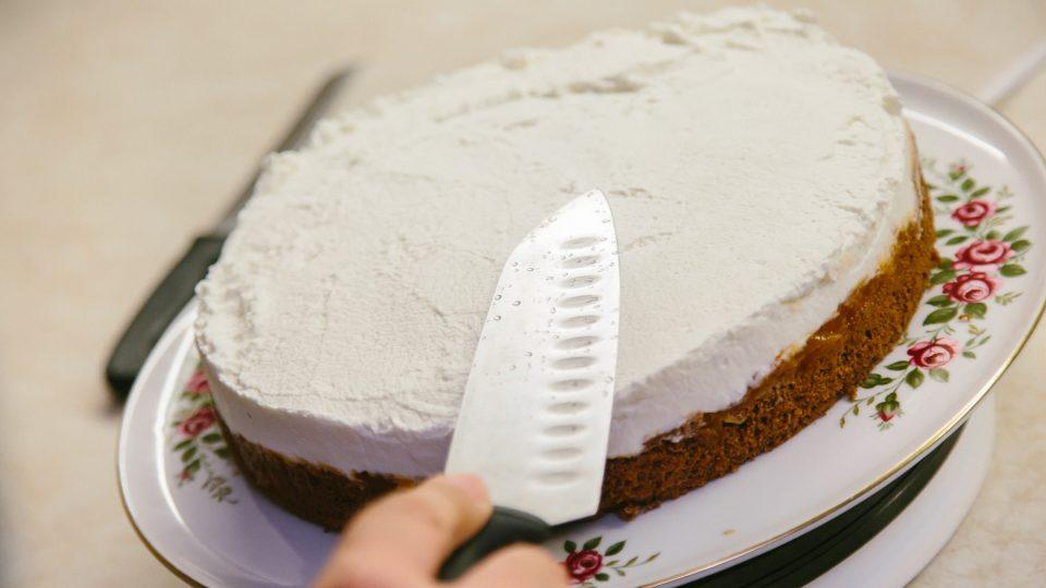 Na vrstvu marmelády naneseme ušlehanou šlehačku