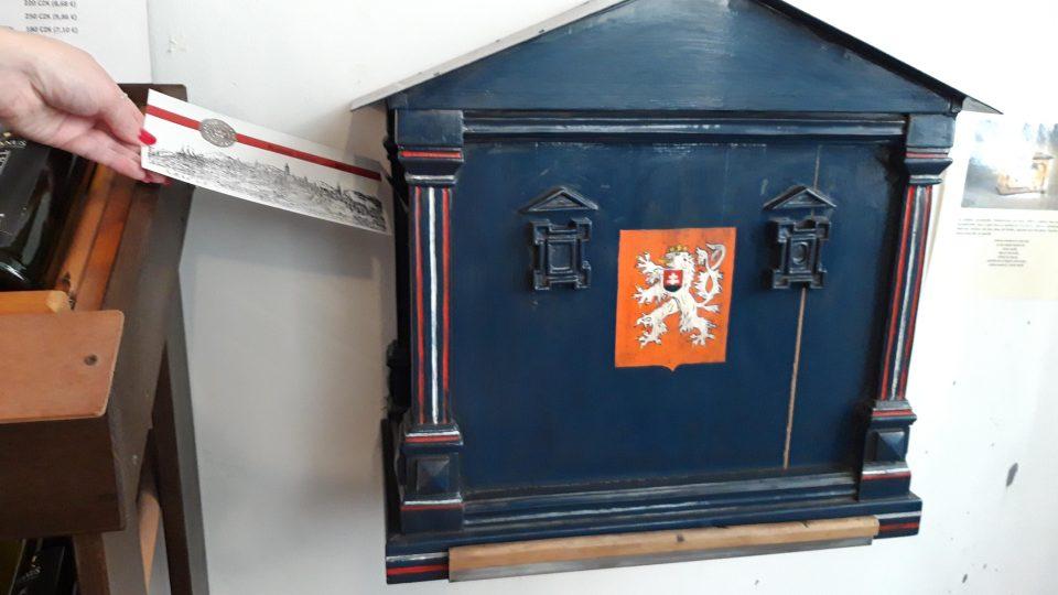Vlastnoručně vyrobenou pohlednici můžete vhodit do modré poštovní schránky z roku 1918
