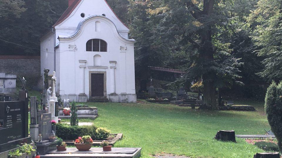 Hřbitov lemovaný kaplemi