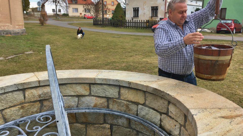Zasvěcený výklad práce s rumpálem poskytl starosta obce Vlastimil Blažek