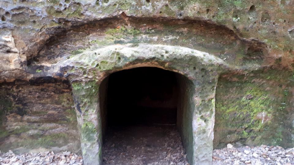 Vstup připomíná portál kaple