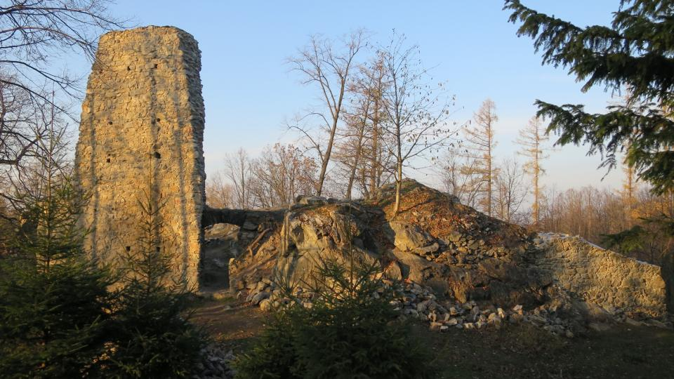 Pohled na zříceninu hradu Rabštejn od hlavní přístupové cesty