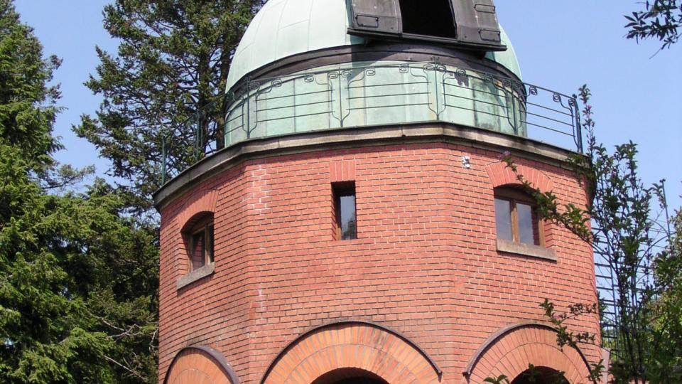 Hvězdárna Ondřejov je souborem několika staveb. Toto je historická pozorovatelna z počátku minulého století. Střecha se otevírá točením klikou - foto archiv Astronomický ústav AV ČR