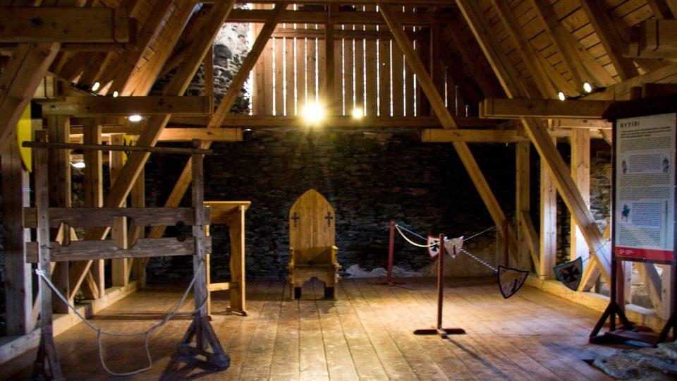Mučící lavice, skriptorium a středověký trůn v Templářském paláci