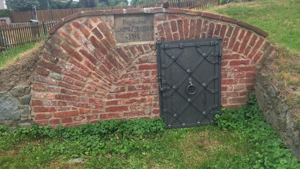 Měl ji postavit Vilém z Pernštejna roku 1515, jak hlásá nápis