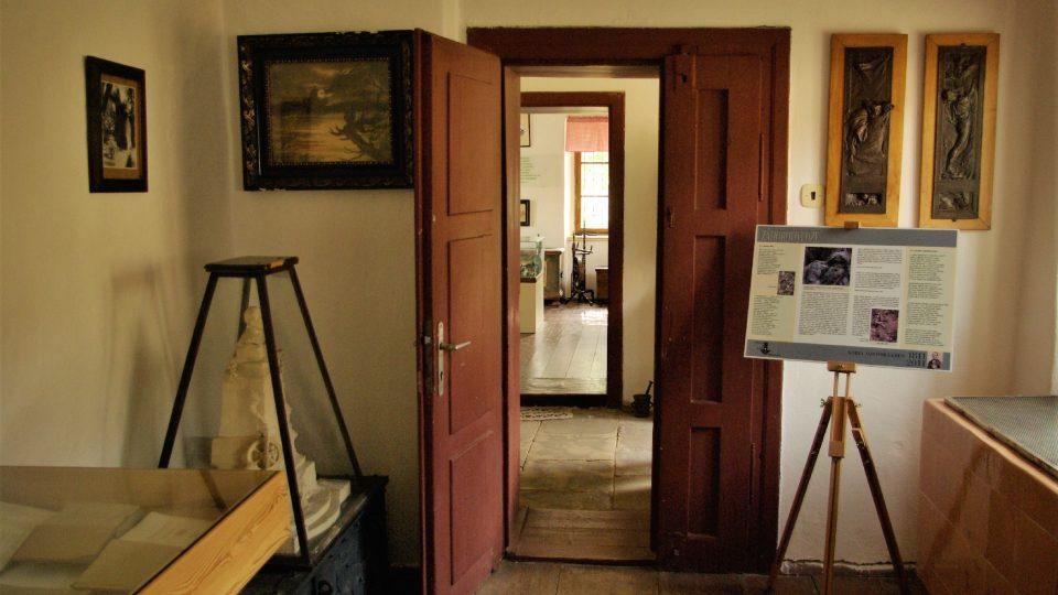 V přízemí domku rodiny Erbenových je dnes stálá expozice věnovaná slavnému miletínskému rodákovi