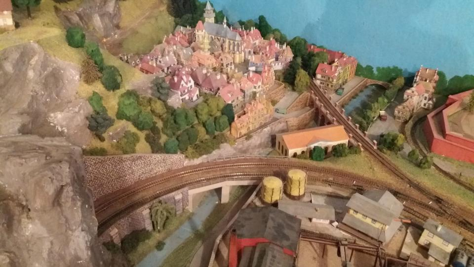 Okolí modelové železnice vychází ze skutečnosti