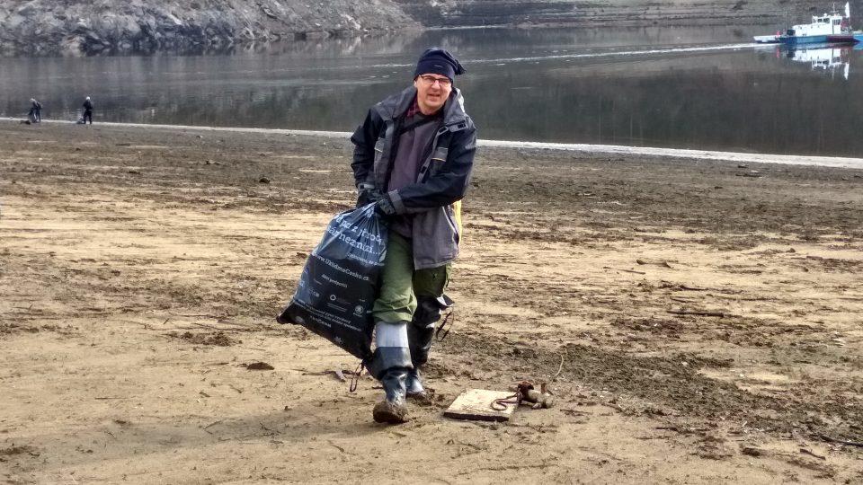 Desítky pytlů odpadků sesbírali dobrovolníci ze dna Orlíku