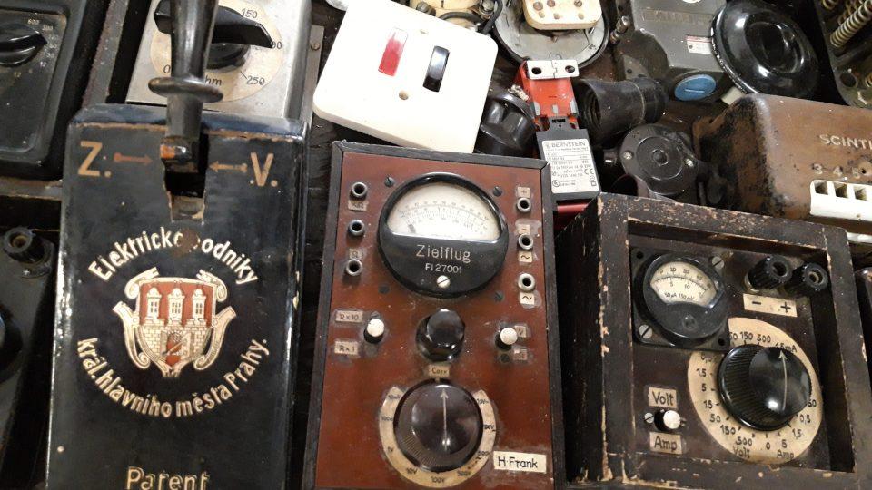 Vystavené jsou elektrosoučástky, vypínače, jističe, motory i žárovky
