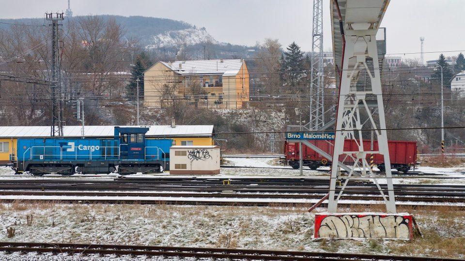 Vagón spouštěný ze svážného pahrbku. Sám pokračuje do sektoru brzd a dále na požadovanou kolej