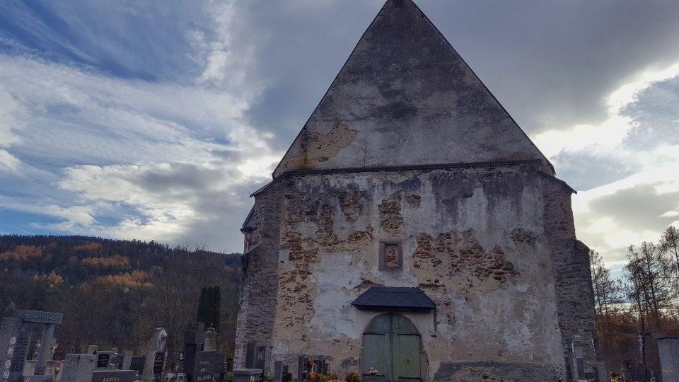 Štít kostela, kde lze pozorovat dívčinu tvář