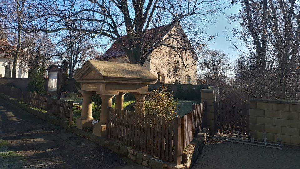 Hrob Šemíka je postavený ve tvaru tympanonu