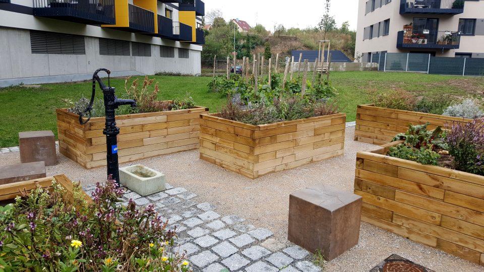 Vyvýšené záhony pro pěstování bylinek u panelového domu
