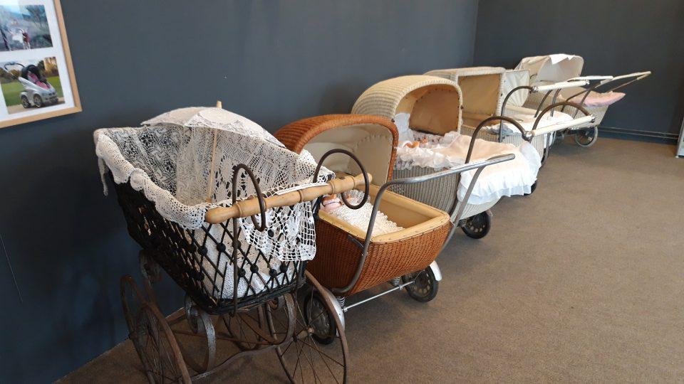 Nejstarší kočárek na výstavě v Novém Strašecí pochází z přelomu 19. a 20. století. Kovová kola hodně drncala a jízda v něm nejspíš nebyla příliš pohodlná