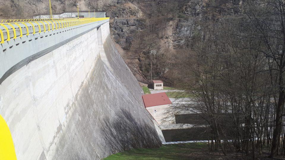 Vzdušná část hráze je vysoká 37 metrů