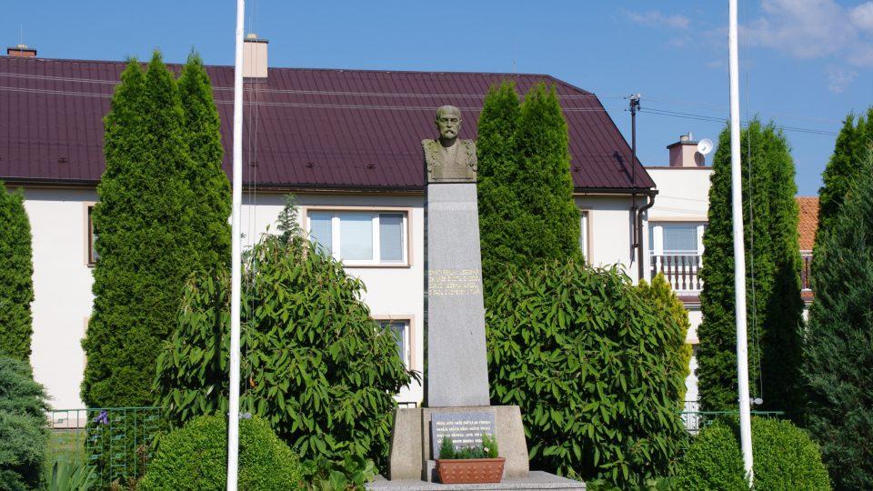 Na prostranství u sochy se odehrávaly všechny slavnosti obce