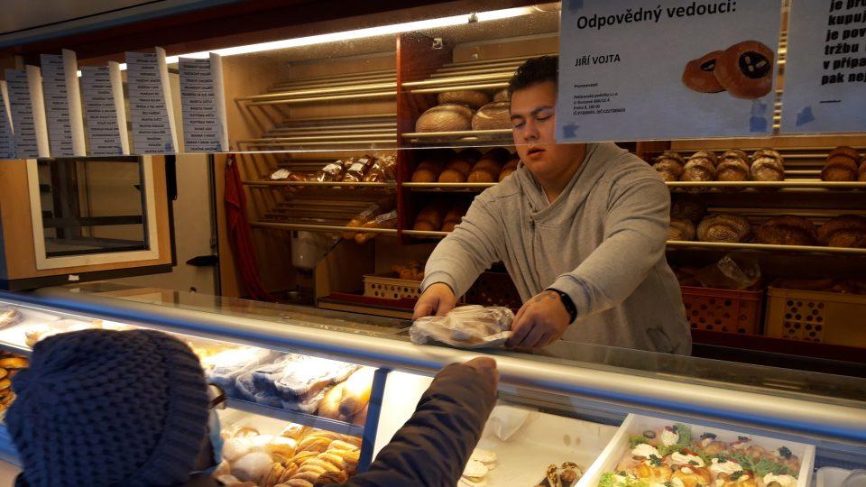 Dnes si lidé hodně kupují buchty a koláče. Některé zákazníky zná Jiří Vojta velmi dobře. Jejich objednávku odhadne předem