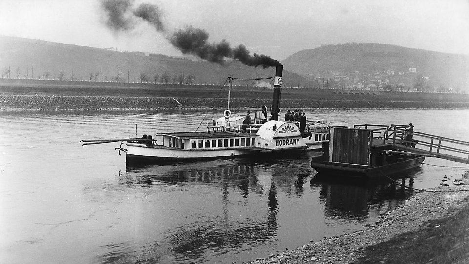 Parník Modřany v přístavišti u cukrovaru, 50. léta