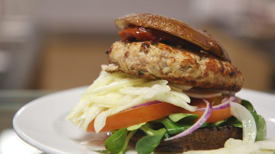 Zdravý hamburger z krůtího masa s fenyklem v portobelu