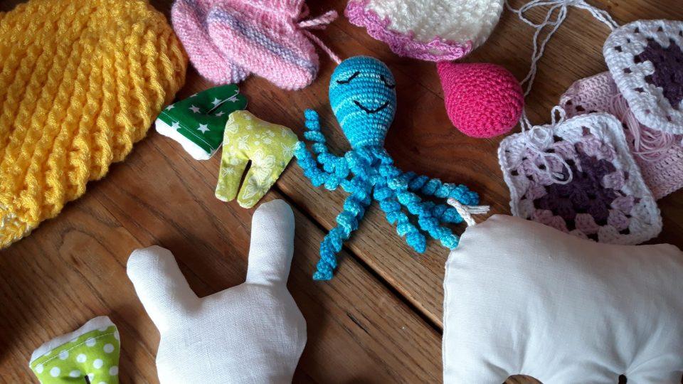 Hračky z Babíkova potěší děti v nemocnici a babičky si při jejich výrobě procvičí jemnou motoriku