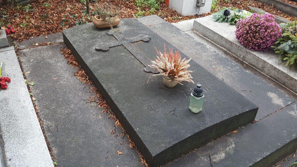 Hrob rodiny Šaldovy na hostivařském hřbitově, odpočívá tu i literární kritik, novinář a spisovatel F.X.Šalda