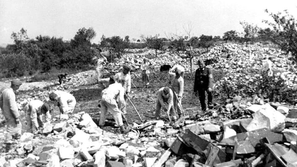 V roce 1942 zničila domy v jižní části Lidic silnými náložemi německá armáda a následně je srovnali se zemí příslušníci Říšské pracovní služby. V lednu 2021 se zde bobovalo