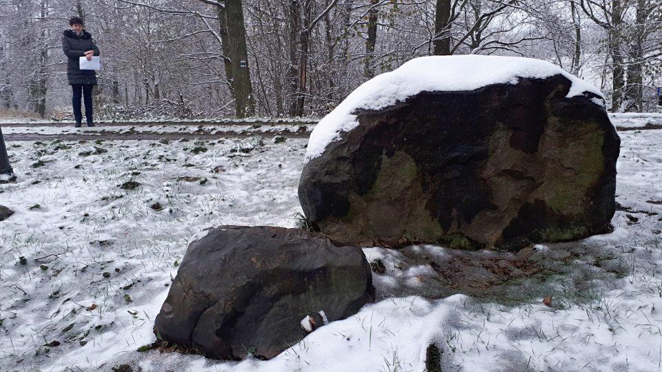 Vedle balvanu leží ještě dva menší kameny, rovněž porfyrické jemnozrnné granity